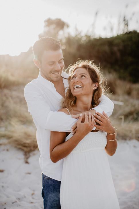 Hochzeitsfotos-honeymoon-Paarshooting-golden-hour-Abendlicht-Sonnenuntergang-Fotoshooting