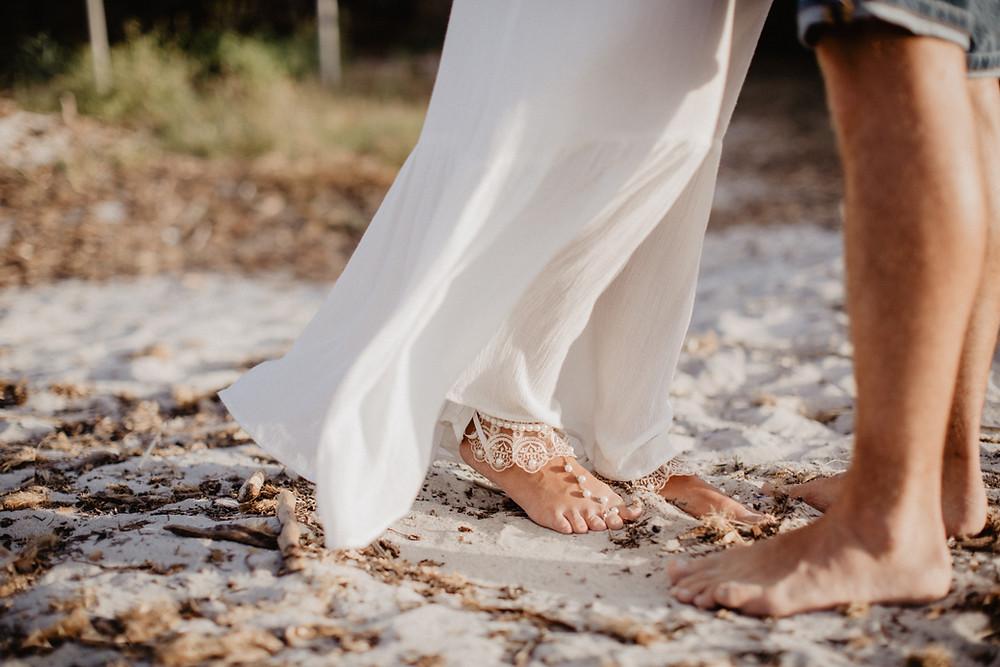 Sardinien-Paarphotoshooting-Strandhochzeit-Porto Cervo-Hochzeitsfotografin-Sardinia-weddingphotographer-bride-bride-jewelry-barfusssandalen