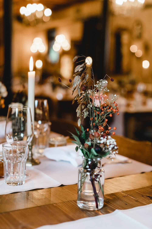 Hochzeitsdekoration-hochzeitsfloristik-hochzeitsblumen-bohostyle-boholook-wildblumen-hochzeitsdeko-hochzeitslocation-hochzeitsfeier-restaurant-rosstall-emmen