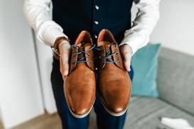 Bräutigam-getting-ready-fotos-Hochzeitsfotos-Schuhe-braun-vintage