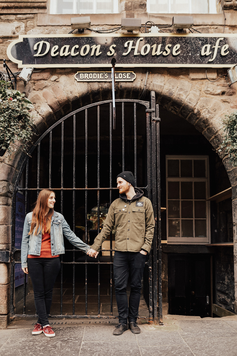 lovestory-photos-young-couple-city-photoshooting-photographer-ideas-edinburgh-oldtown
