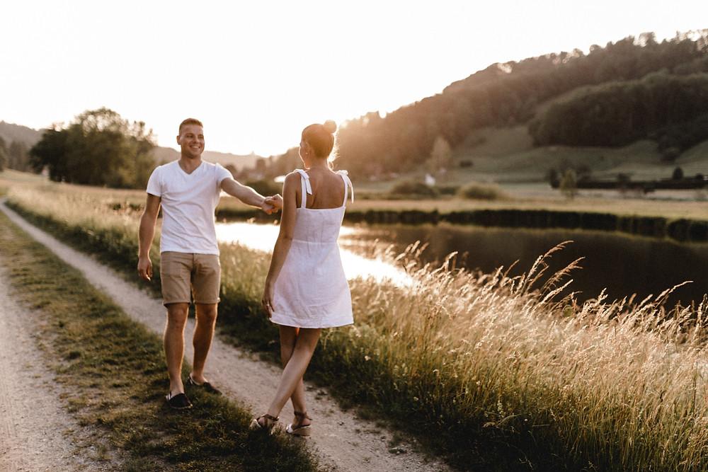 Paarshooting-Paarfotos-natürlich-sommer-golden-hour-tanzend-sonnenuntergangfotos