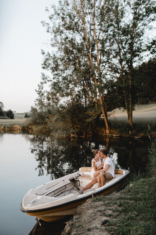 Paarshooting-Paarfotos-Engagement-Engagementfotos-Engagementphotos-Savethedate-Hochzeitsfotografin-Bohohochzeit-Bohohochzeitsfotografin-coupleshooting-bohostyle-altes-boot-see-seiher-Hochzeitsfotografin-luzern-Bern-Basel-Zürich-See-Weiher