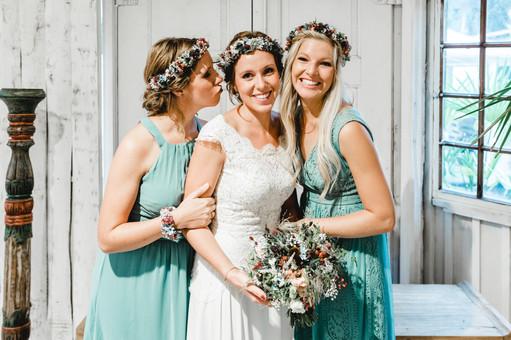 Braut-mit-Trauzeuginnen-schöne-Kleider