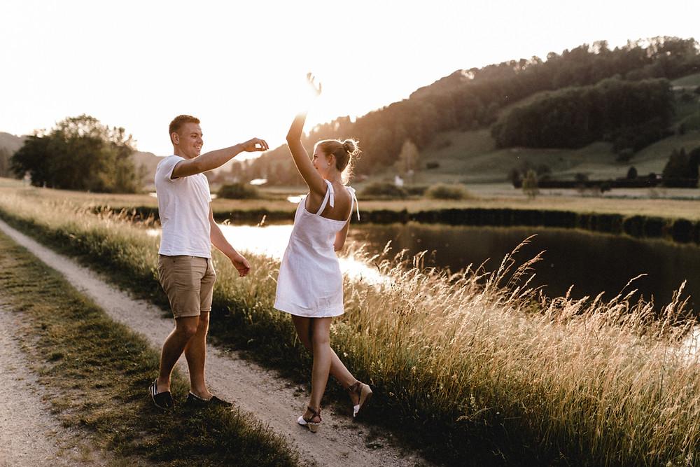 Paarshooting-Paarfotos-Engagement-Engagementfotos-Engagementphotos-Savethedate-Hochzeitsfotografin-Bohohochzeit-Bohohochzeitsfotografin-goldenhour-Hochzeitsfotografinluzern-Bern-Basel-Zürich-tanzend