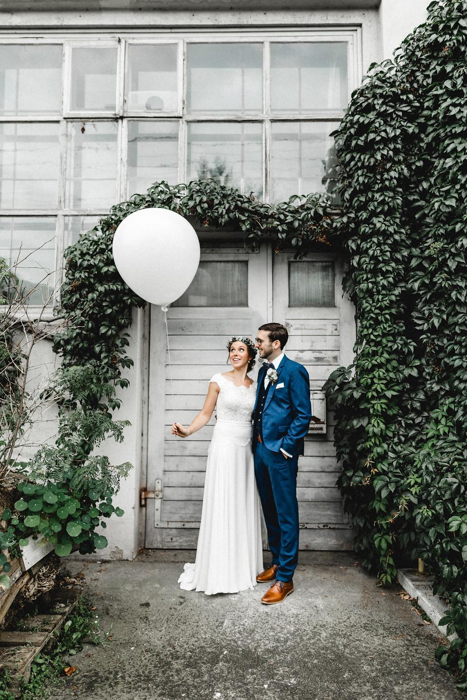 Hochzeitsfotografin-echte-hochzeit-hochzeitsfotos-brautpaar-zentralschweiz-riesenballon-urbane-hochzeit