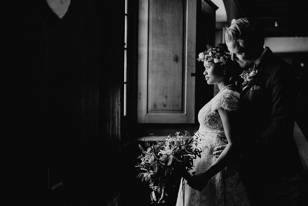 moderne-hochzeitsfotografie-bern-luzern-zürich-basel-hochzeitsfotograf-brautpaar-hochzeitsfotos-wallis-rustikal-Hochzeit