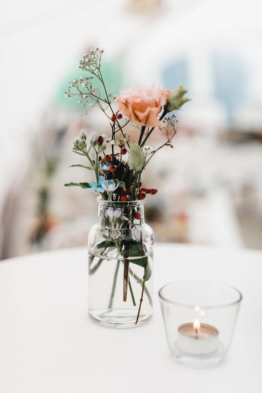 Hochzeitsdekoration-hochzeitsfloristik-hochzeitsblumen-bohostyle-boholook-wildblumen-hochzeitsdeko
