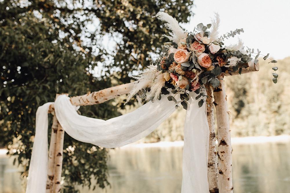 Traubogen-outdoor-Hochzeit-Bohostyle-freie-Trauung-Bohohochzeit