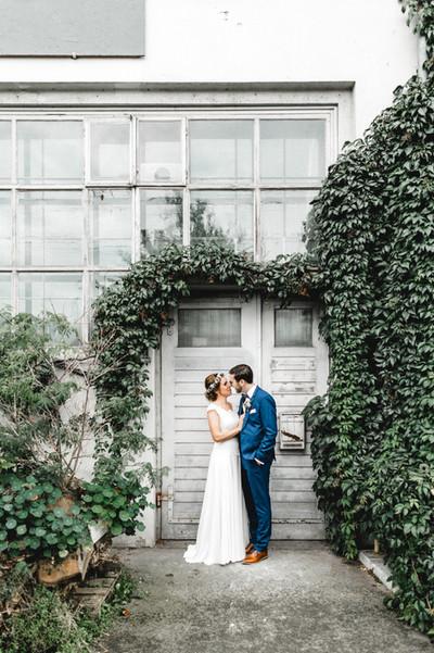 Hochzeitsfotos-bei-Regen-alte-Türen-Tore-Industrie-Boho-Hochzeit
