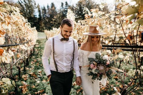 Braut-mit-hut-Bohohochzeitspaar-Weingut-Seeburghof-Luzern-Freie-Trauung-Bohohochzeitsfotos-Bohohochzeitspaar-Hipsterhochzeit-Gartenhochzeit-Hochzeitsreportage