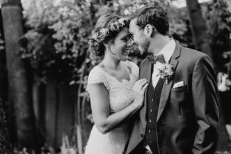 Brautpaarfotos-Bohohochzeit-echte-hochzeitsreportage-Braut-mit-Bluemkranz