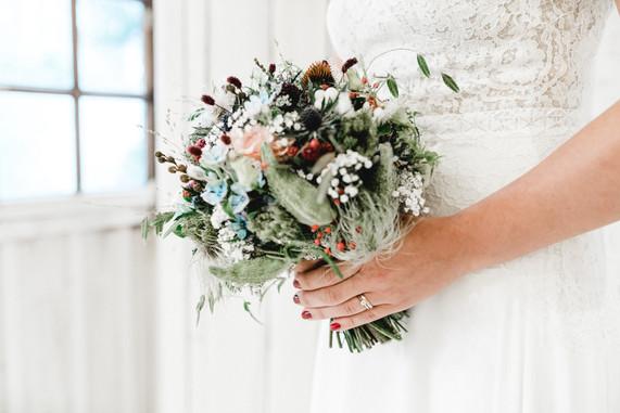Boho-Brautstrauss-wild-wildblumen-wiesenblumen-Hochzeitsfotografin-Luzern