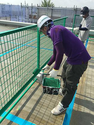 津市の塗装会社の日塗建による施工中風景