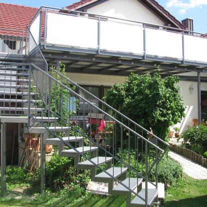 Treppen- und Balkonkonstruktion mit modernem Metall- und Glasgeländer