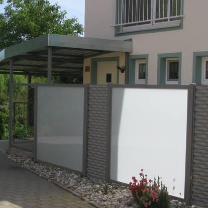 Sicht- und Windschutz aus Glas und Lochblech