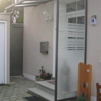 Hauseingangsüberdachung mit Windschutzverglasung