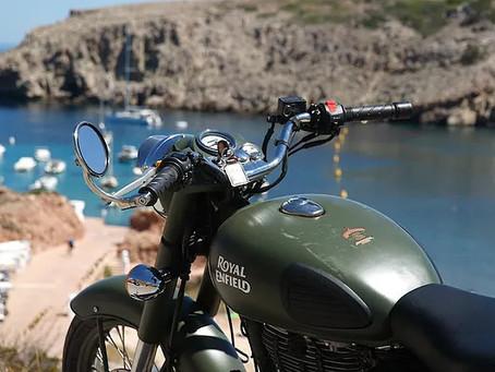 Descubre Menorca en una moto Royal Enfield y su sidecar