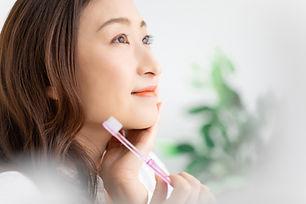 女性と歯ブラシ
