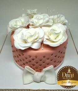Bolo Salmão com Rosas Brancas