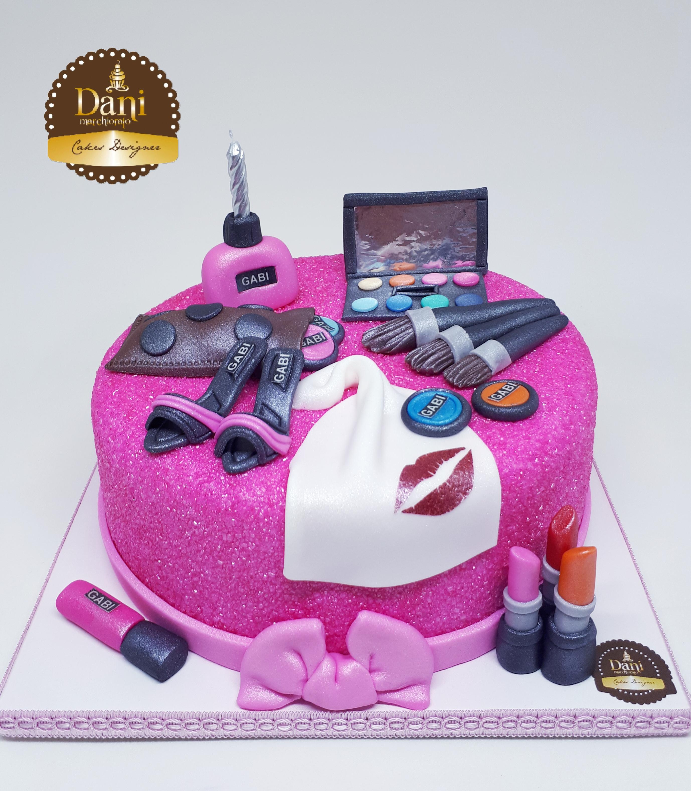 Bolo Glow Cake com Maquiagens