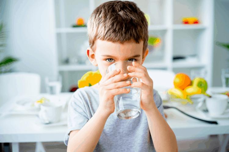 Nước tiểu màu vàng đậm do cơ thể thiếu nước