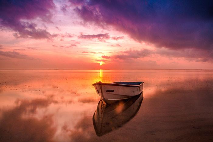 Thuyền hàng trắng trên mặt nước