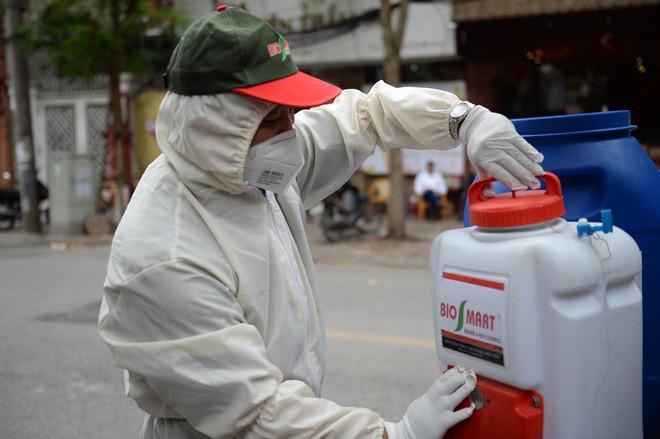 Cán bộ Y tế phun thuốc khử khuẩn, ảnh Hoàng Hải.
