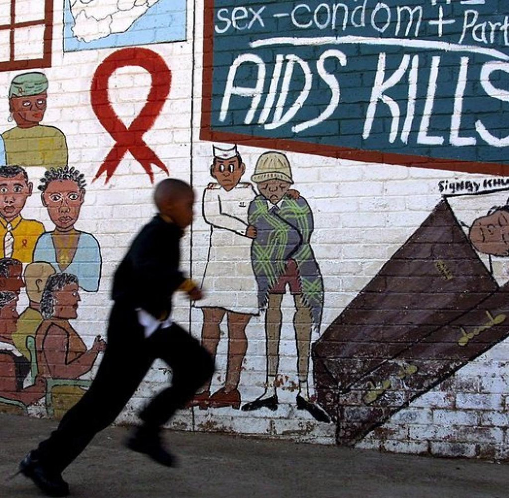 """Một bức vẽ graffiti """"AIDS giết người"""" ở Nam Phi, một trong những quốc gia bị ảnh hưởng nặng nề nhất bởi đại dịch AIDS"""