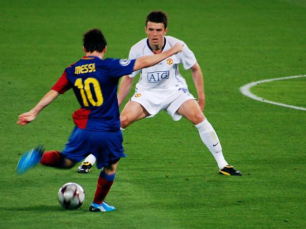 Messi đối mặt với Michael Carrick trong trận chung kết cúp C1 gặp Manchester United.