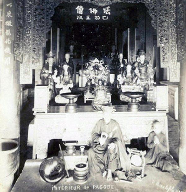 Các nhà sư trong chính điện một ngôi chùa ở Hà Nội.
