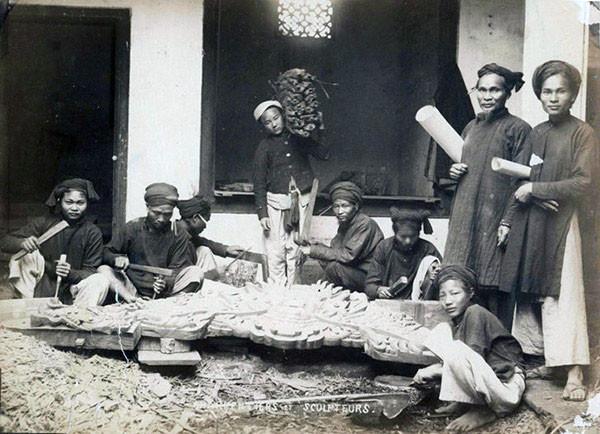 Những người thợ mộc tại một xưởng mộc.