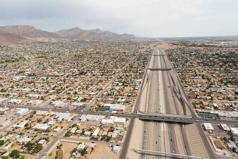 Juarez, Mexico (bên trái) tại cửa khẩu với El Paso, Hoa Kỳ (bên phải)