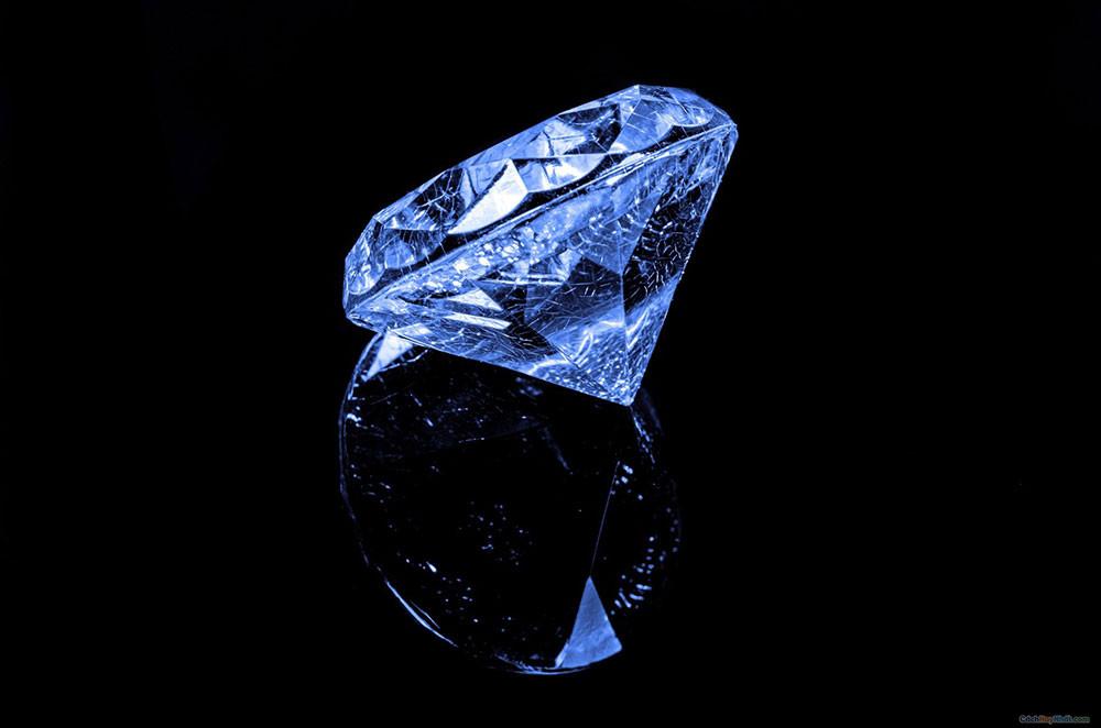 Kim cương rực rõ trên nền đen