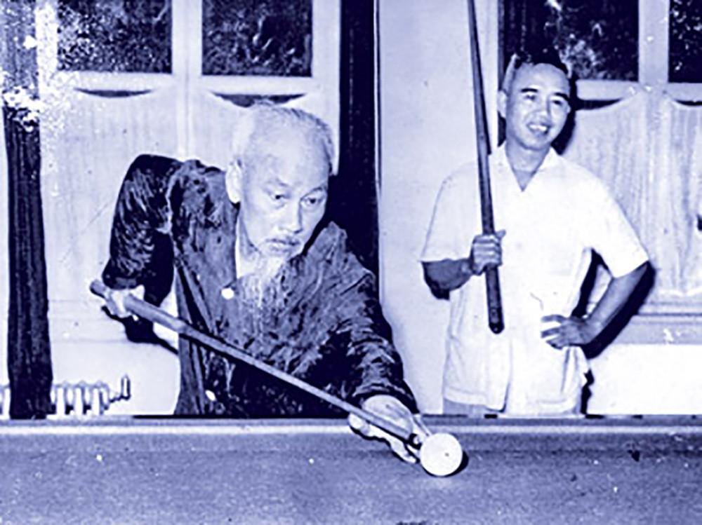 Bác Hồ chơi bi-a với bác sĩ Nhữ Thế Bảo