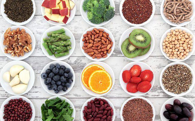 Thực phẩm giúp tăng cường hệ miễn dịch bao gồm rau xanh, các sản phẩm từ sữa, quả kiwi, chanh và cam, cũng như các loại hạt như hạnh nhân và hạt điều chứa nhiều vitamin và chất chống oxy hóa.