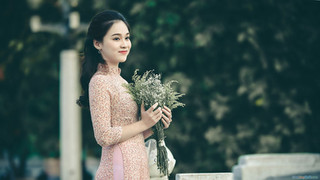 Ảnh gái xinh ôm bó hoa, mỉm cười