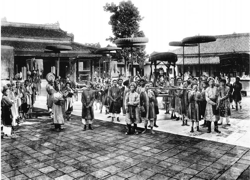 Ảnh chụp vua Duy Tân ngự giá giữa các thị vệ.