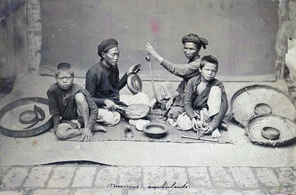 Gánh hát rong trên đường phố Hà Nội.
