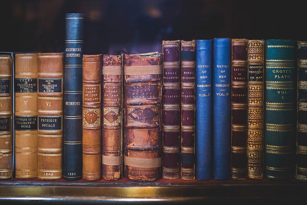 ảnh chụp nhiều cuốn sách cổ