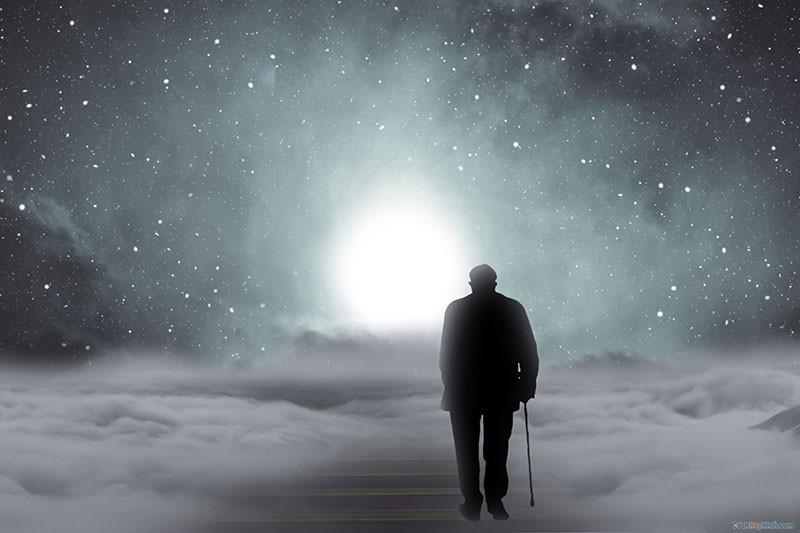 Người đang ông lớn tuổi buồn bã cô đơn đang bước đến ánh sáng thiên đường