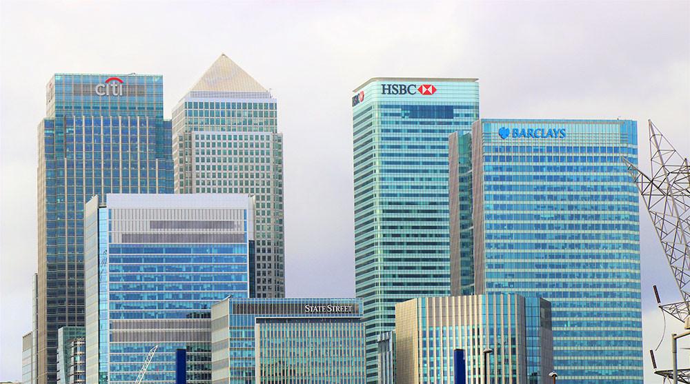 Các tòa nhà cao tầng có logo ngân hàng