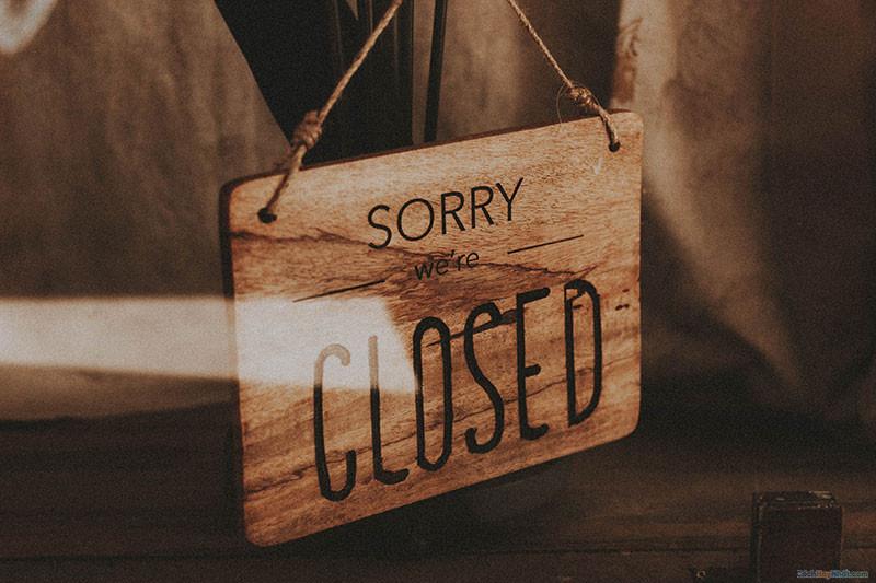 """bảng gỗ treo ngoài cửa đề chữ """" sorry we're closed"""""""