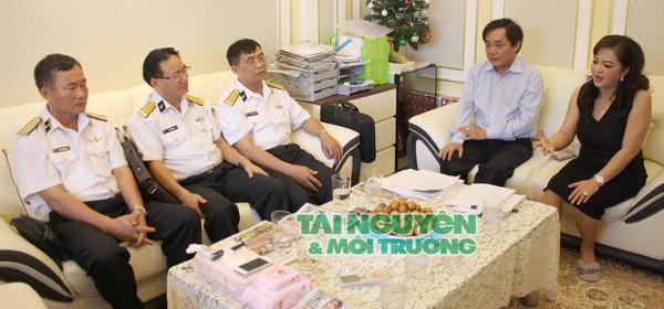 Vợ chồng ông bà Nguyễn Phương Hằng - Dũng Lò vôi làm việc với bộ đội Trường Sa