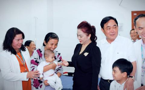 bà Nguyễn Phương Hằng và ông Dũng lò vôi thăm trẻ em