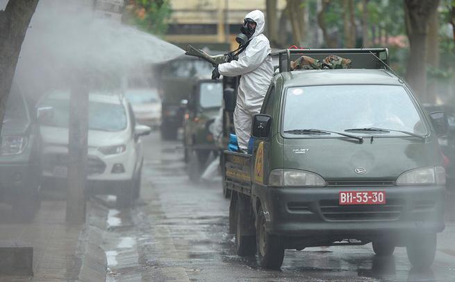 Lực lượng chức năng khử khuẩn đường phố.