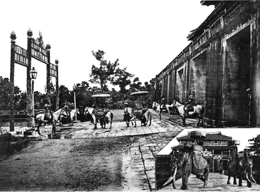 Ảnh chụp cảnh voi và ngựa chờ vua ở cổng Ngọ Môn, Huế.