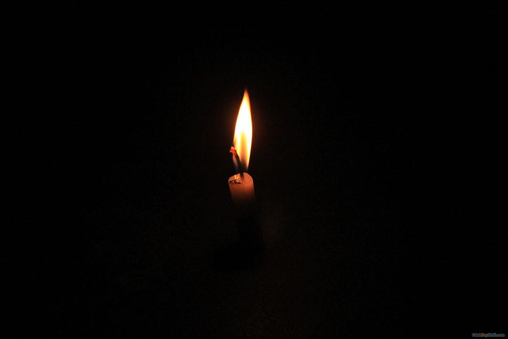Ánh sáng vàng của ngọn nến trong đêm đen