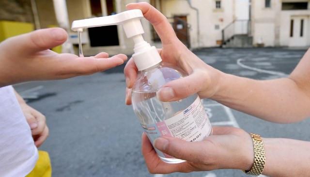 Đọc thành phần hóa học của nước rửa tay khô, tránh mua sản phẩm có một trong 28 chất cấm này.