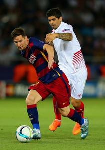 Messi và Éver Banega của Seville trong trận siêu cúp châu Âu 2015